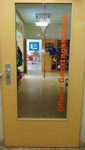 Eingang zur OGGS vom Schulgebäude